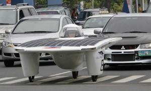 Автомобиль на солнечных батареях в дорожном потоке