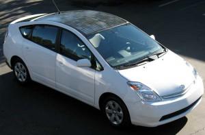 Белый Тойота приус на солнечных батареях