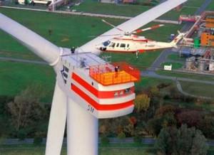 Монатаж ветрогенератора с помощью вертолета