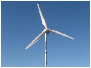 Простой горизонтальный ветряк на фоне синего неба