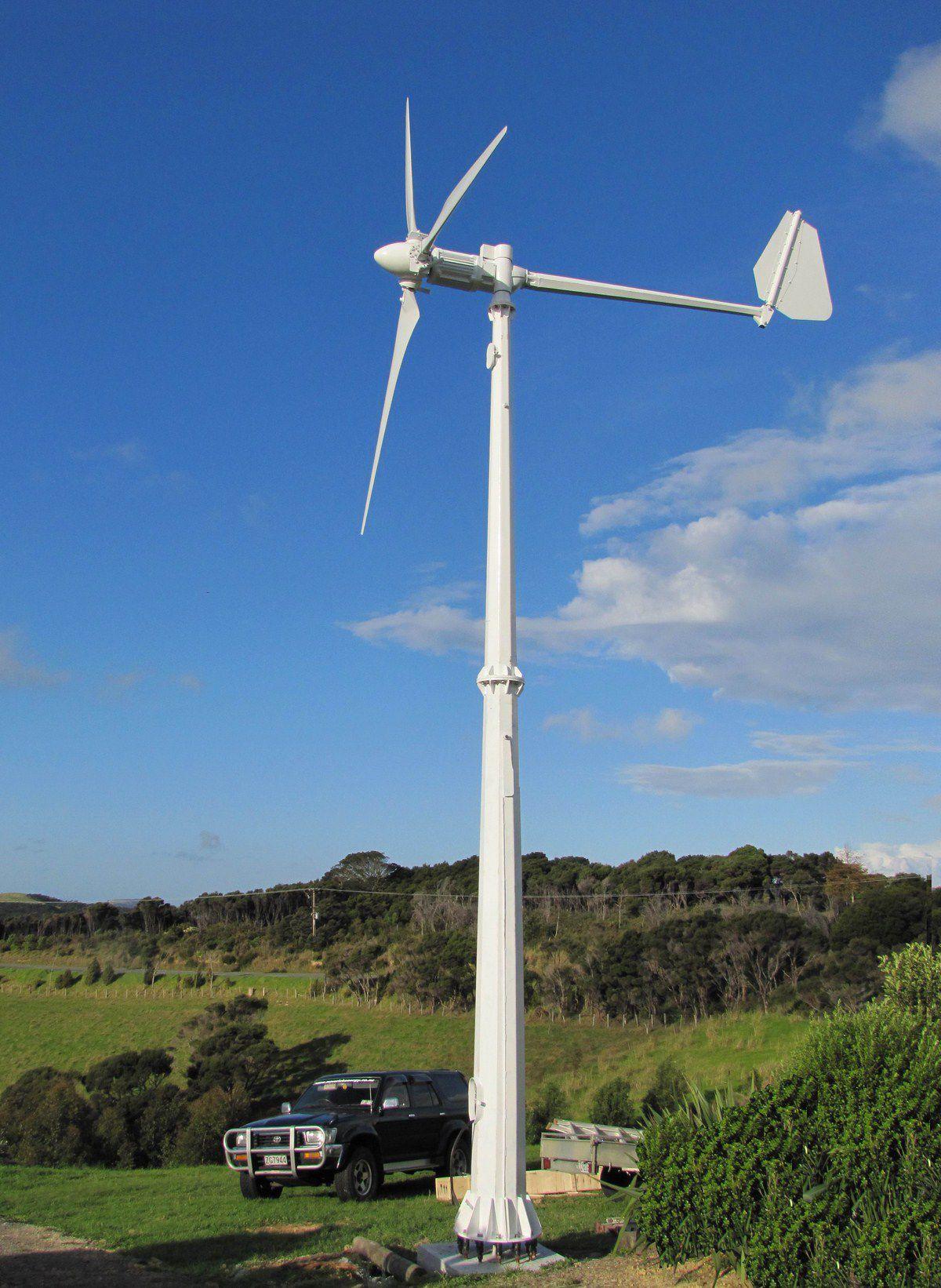 Вертикальный ветрогенератор рядом авто